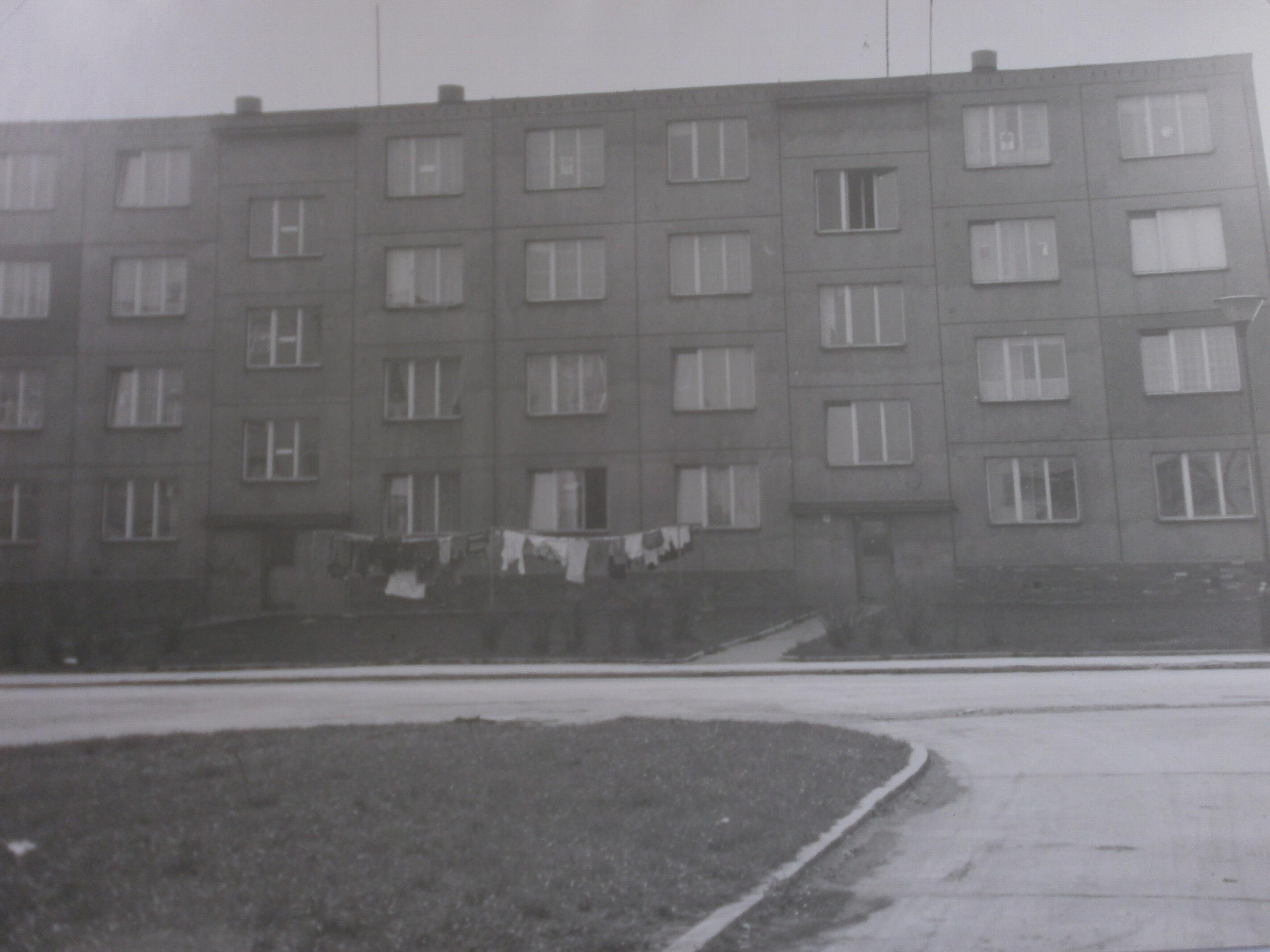 402-Pohled_na_panelovy_dum_c.p._152_-_153_(1974).JPG