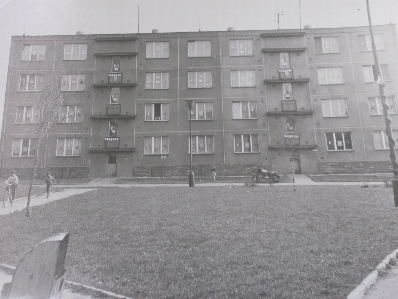 820-Pohled_na_panelovy_dum_164_-_165_(1974).JPG
